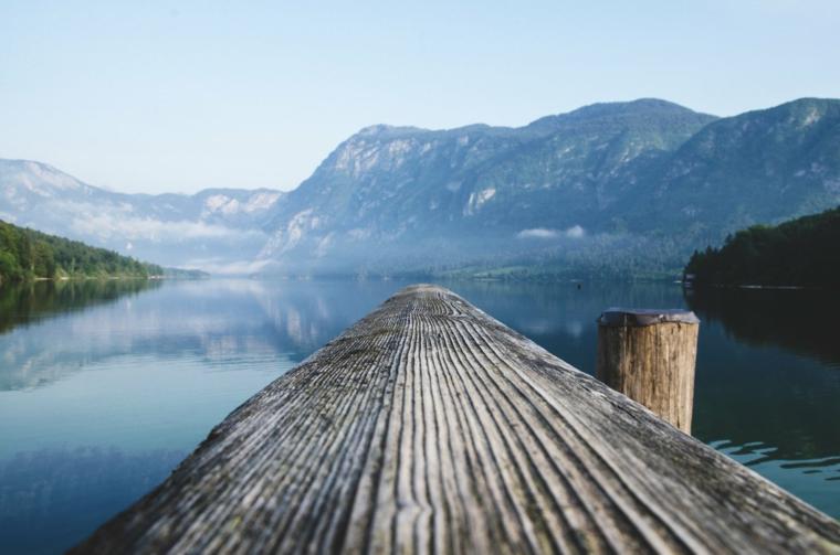 Immagine per lo schermo del computer, foto di un lago con ponte di legno