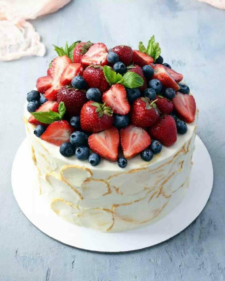 Torte di compleanno facili da fare in casa, torta rotonda con panna e frutti di bosco