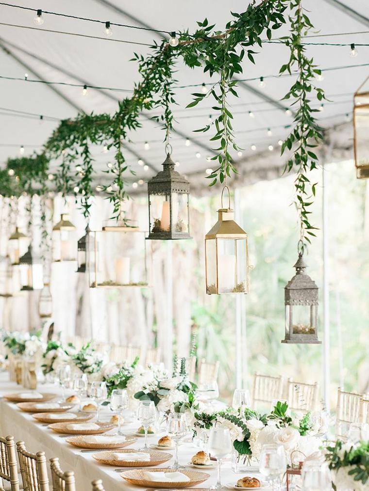 Come organizzare un matrimonio, tavola apparecchiata con lanterna sospese sopra