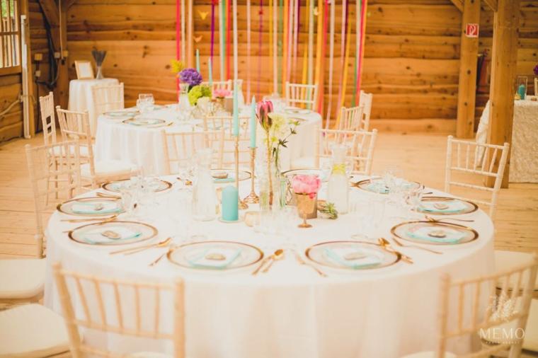 Organizzare un matrimonio, tavolo rotondo con piatti e candelabri