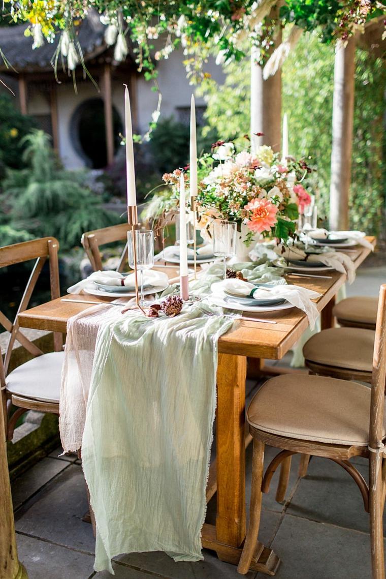 Come organizzare un matrimonio, tavolo di legno con un centrotavola di fiori