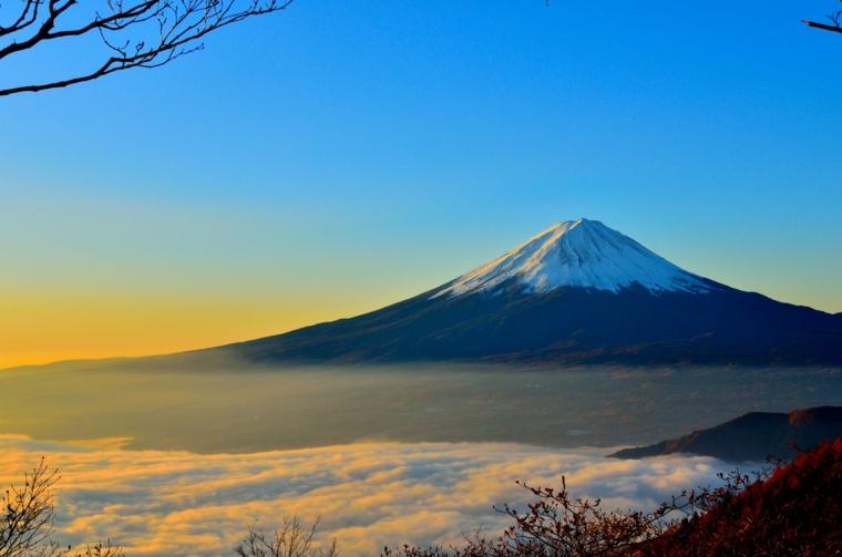 Foto per il desktop del computer, foto di una montagna innevata, foto cielo e nuvole