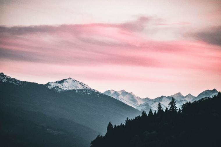 Foto per il desktop del computer, foto di montagne innevate, immagine con cielo di colore rosa