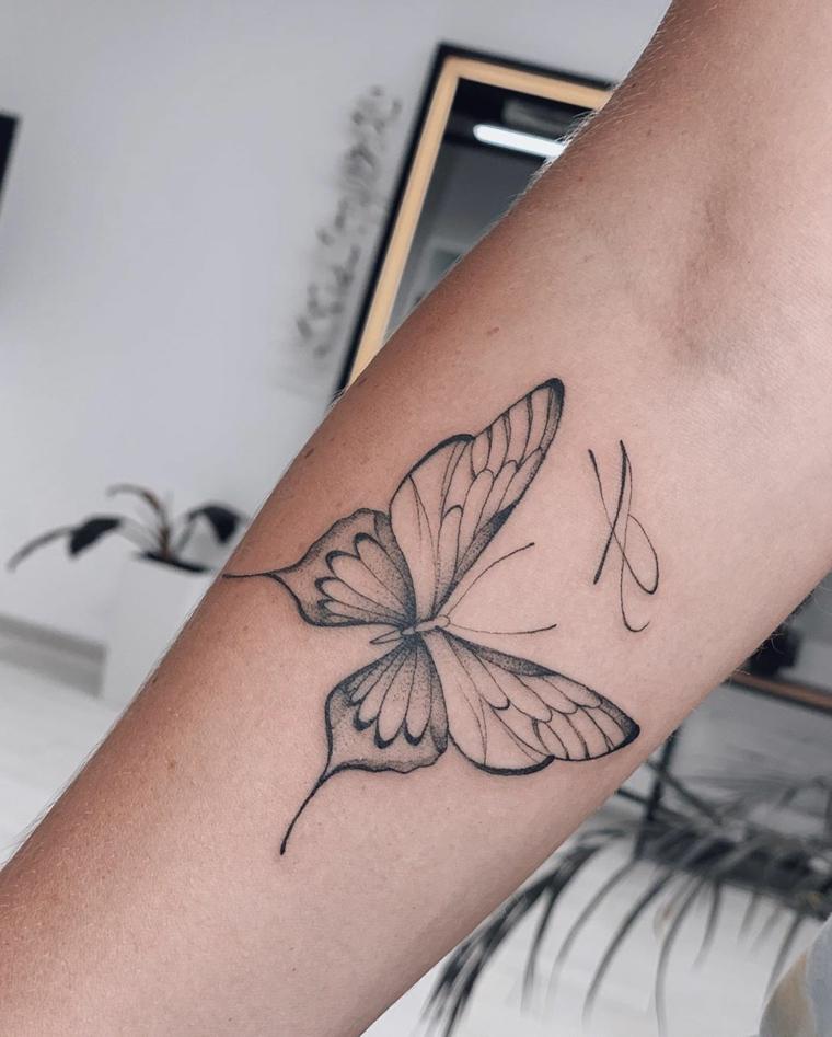 Tatuaggi significato libertà, disegno di una farfalla sull'avambraccio di una donna