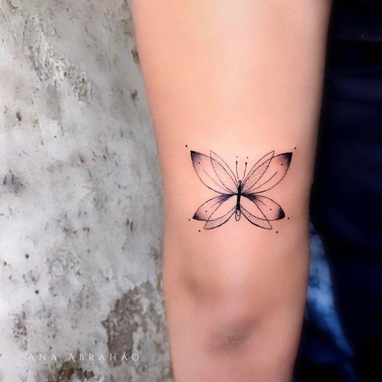 Tatuaggio farfalla, disegno di una farfalla, tattoo sul gomito di una donna