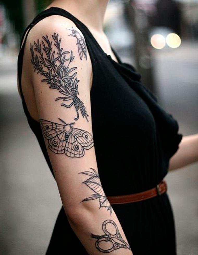 Tatuaggi significato libertà, donna con tattoo sul braccio, ragazza con abito nero e cintura marrone