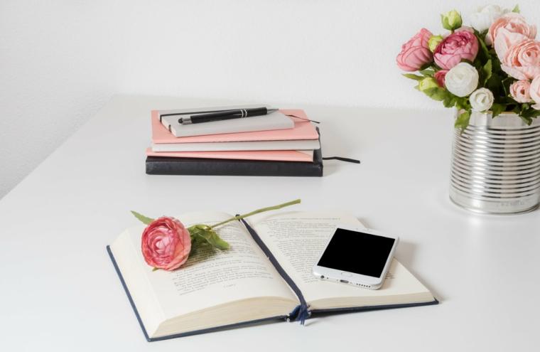 Fiori in vaso di barattolo di latta, libro con telefono e rosa, gli sfondi più belli del mondo