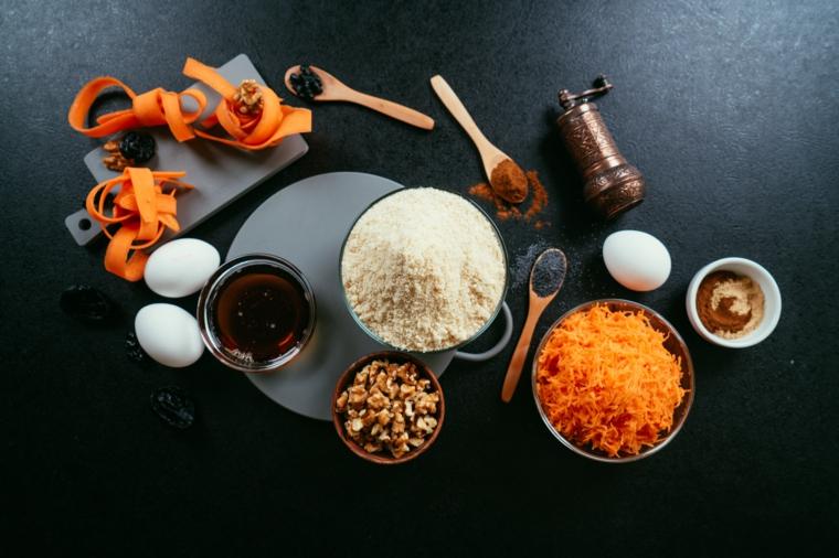 Ricetta torta di carote, ingredienti in ciotole, farina di mandorle e quinoa