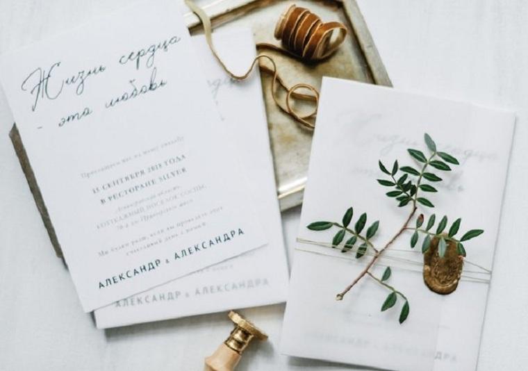 Cartolina avvolta con rametto e spago, idee matrimonio alternativo, invito su un foglio di carta