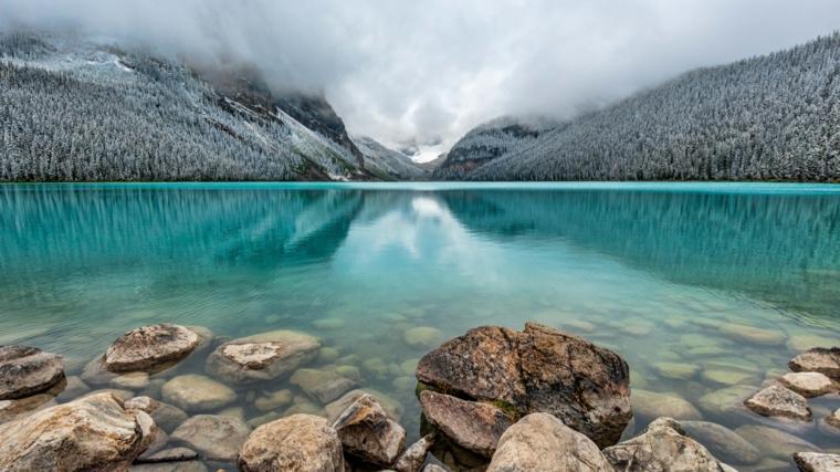 Foto di un lago in inverno, foto di rocce e montagna, immagine per lo screen del computer