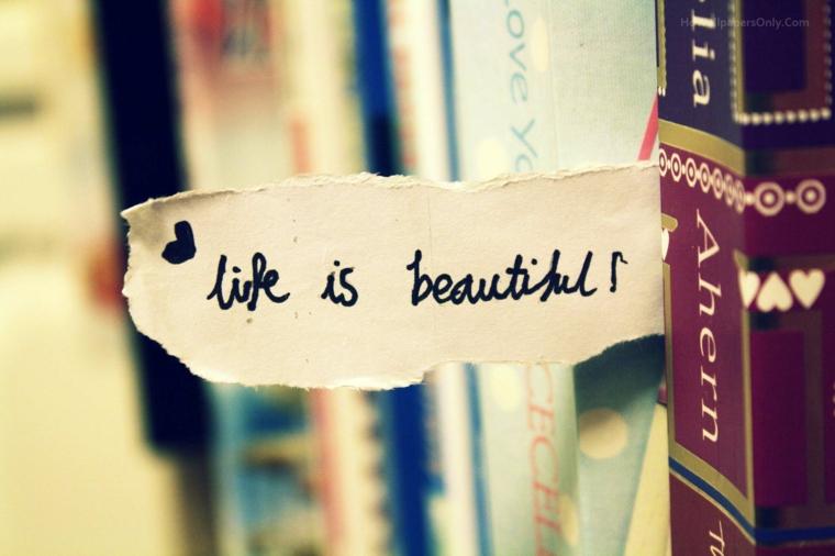 Bigliettino con scritta in mezzo a dei libri, scritta Life is Beautiful, sfondi con scritte