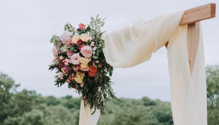 Preparativi matrimonio, arca di legno con velo bianco e bouquet di fiori