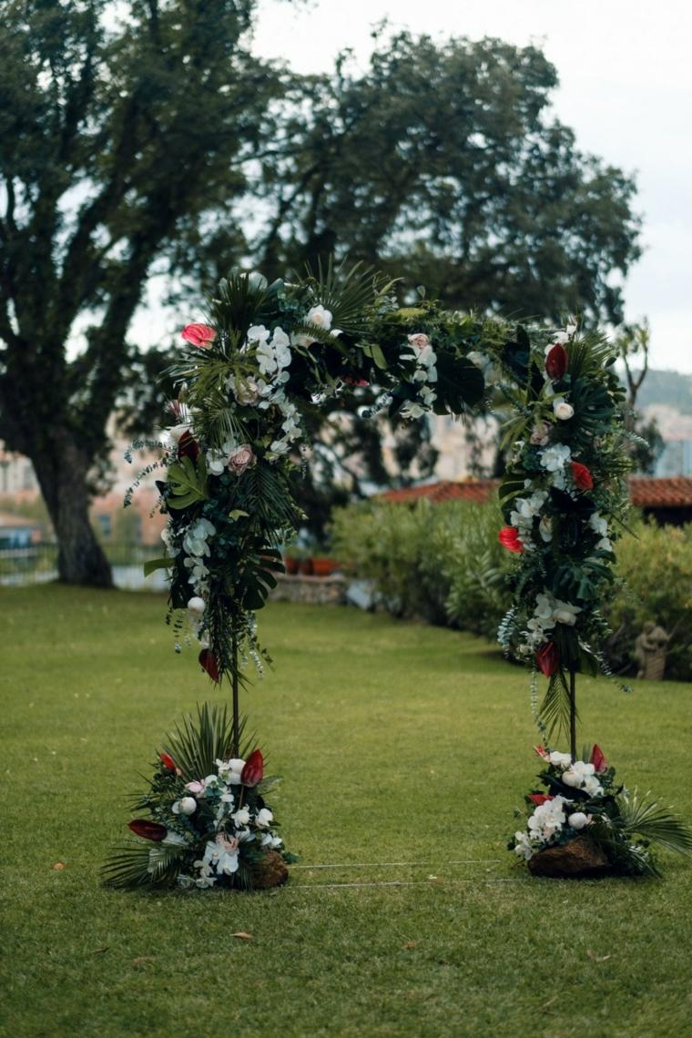 Arca per matrimonio con fiori e rametti verdi, matrimonio in giardino