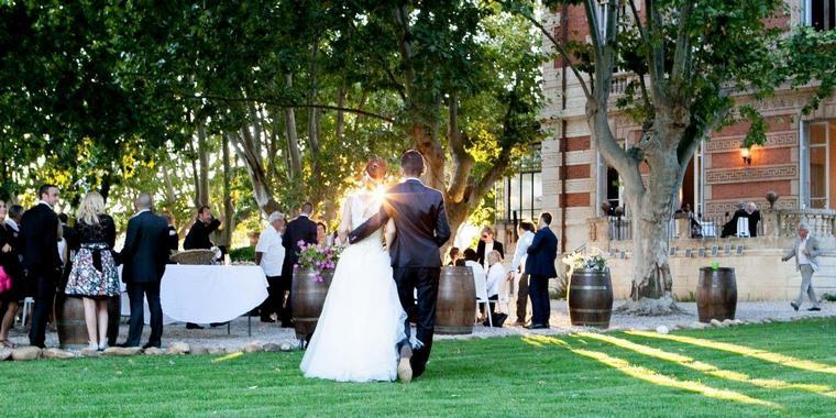 Donna e uomo che cammino su un prato, ricevimento di un matrimonio