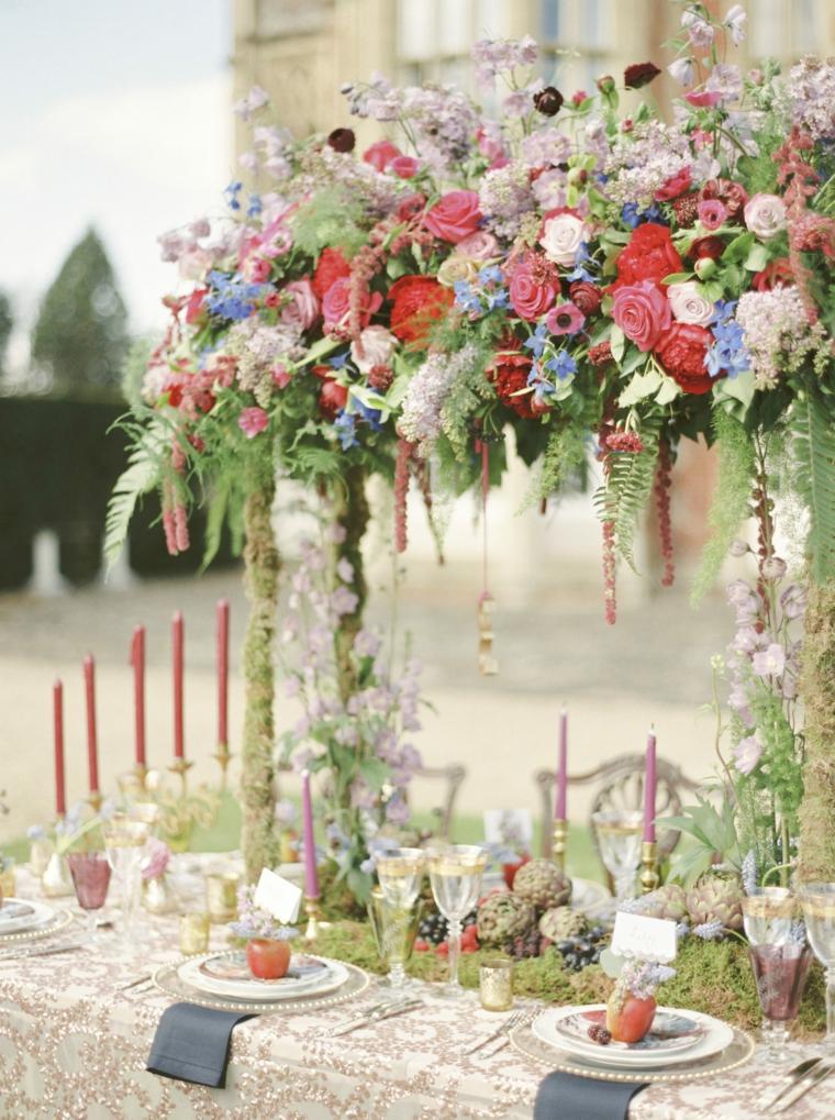 Organizzare un matrimonio passo per passo, tavolo apparecchiato con centrotavola di fiori