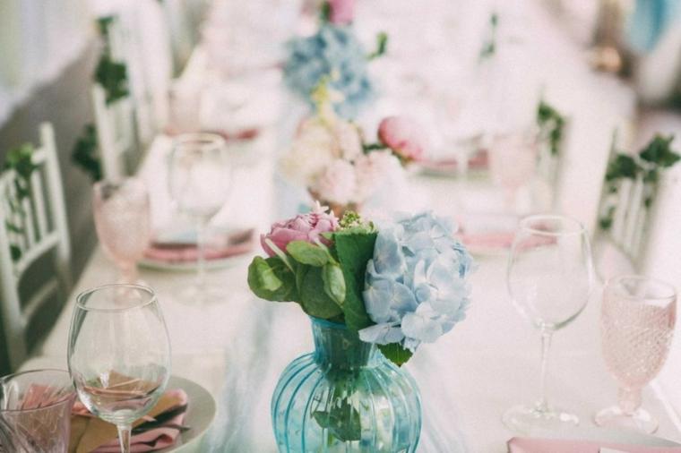 Come organizzare un matrimonio, tavolo con tovaglia bianca e vaso di fiori