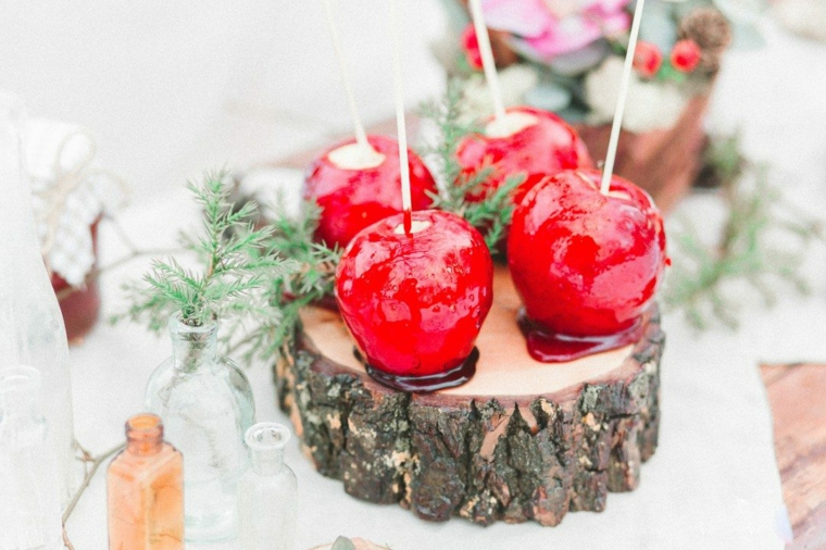 Preparativi matrimonio, mele sciroppate e zuccherate, decorazioni con rametti verdi