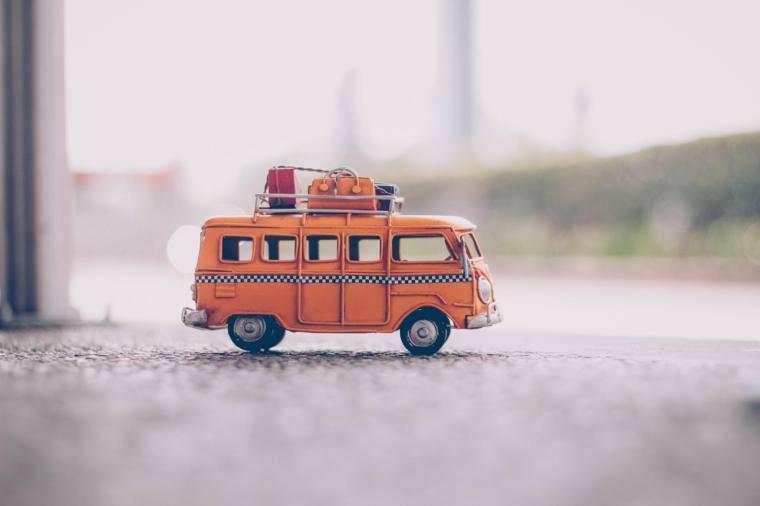 Foto di una macchinina bus, foto per lo screen del pc, immagine di un bus con valigie sul tetto
