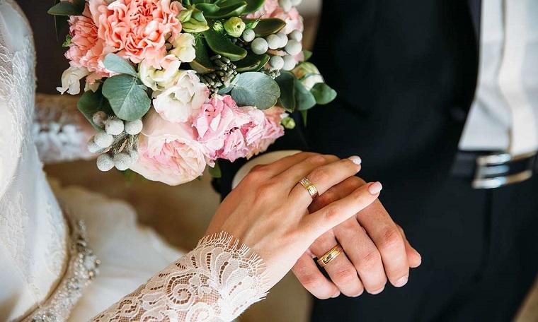 Mani sposa e sposa, bouquet di fiori matrimoniali, idee matrimonio alternativo
