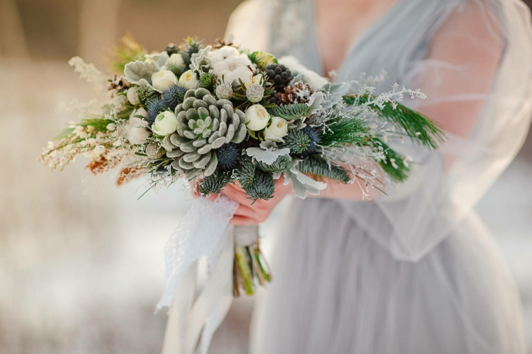Come organizzare un matrimonio, bouquet sposa con pigne e rametti verdi