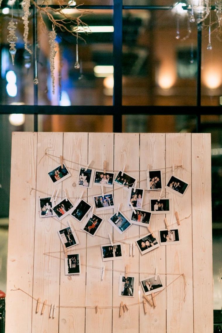 Parete di legno con fili e foto attaccate, idee matrimonio alternativo