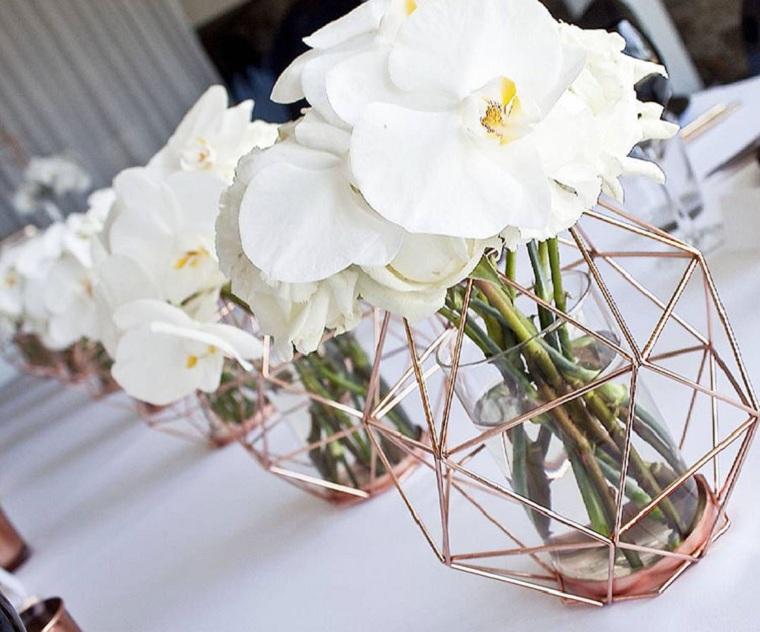 Idee matrimonio alternativo, vasi di di metallo geometrici con fiori bianchi