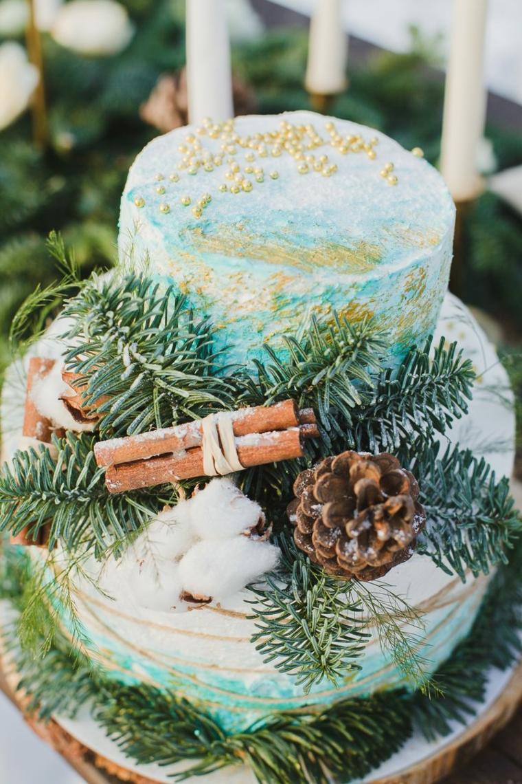 Come si organizza un matrimonio, torta a due piani decorata con pigne e rametti verdi