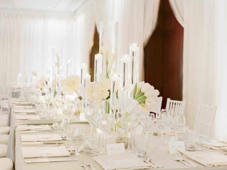 Matrimonio fai da te economico, tavolo apparecchiato e centrotavola con vasi di fiori