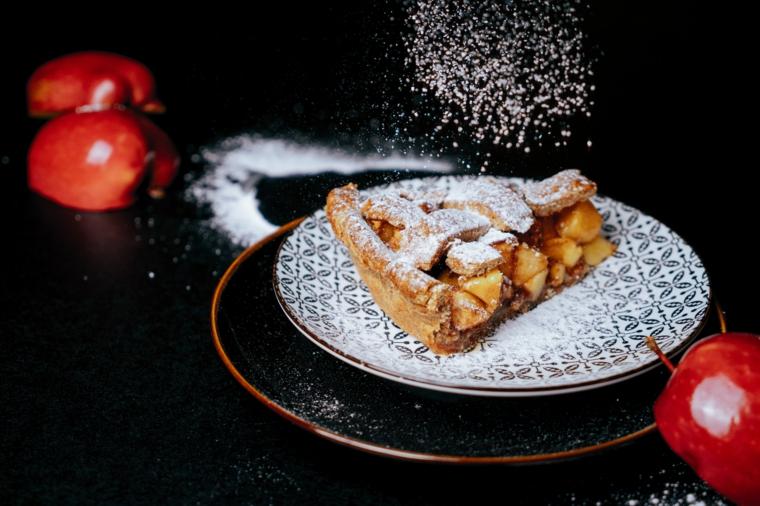 Apple pie ricetta, pezzo di crostata con le mele, spolverata di zucchero a velo