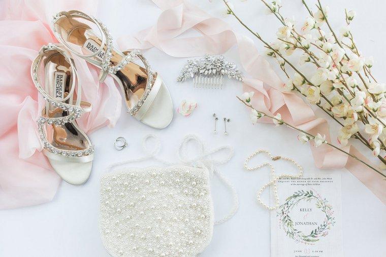Accessori per la sposa, scarpe con brillantini, borsetta bianca con perle