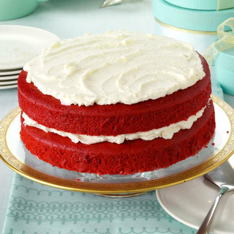 Torta compleanno bambini fatta in casa, torta con strati rossi e panna montata
