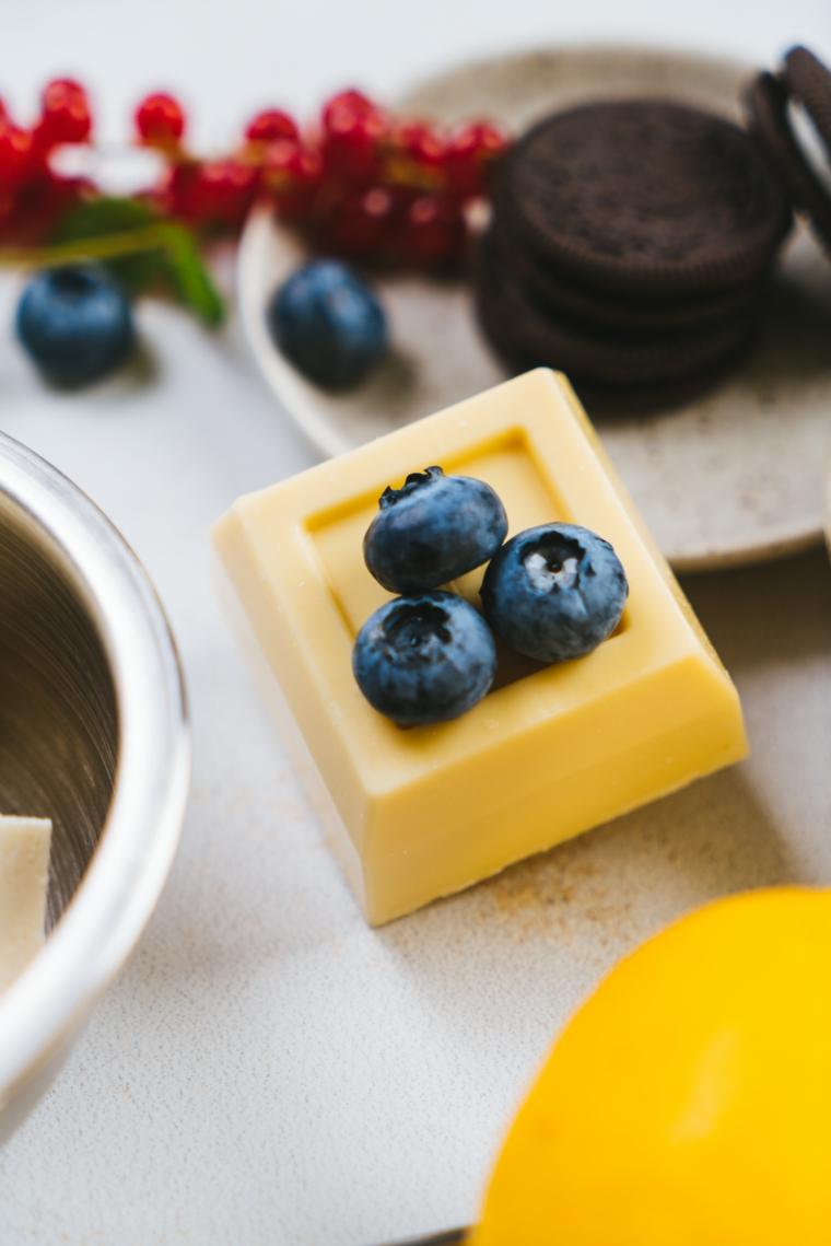Cheesecake ricetta con mirtilli, ciotolina con biscotti oreo e cioccolato bianco