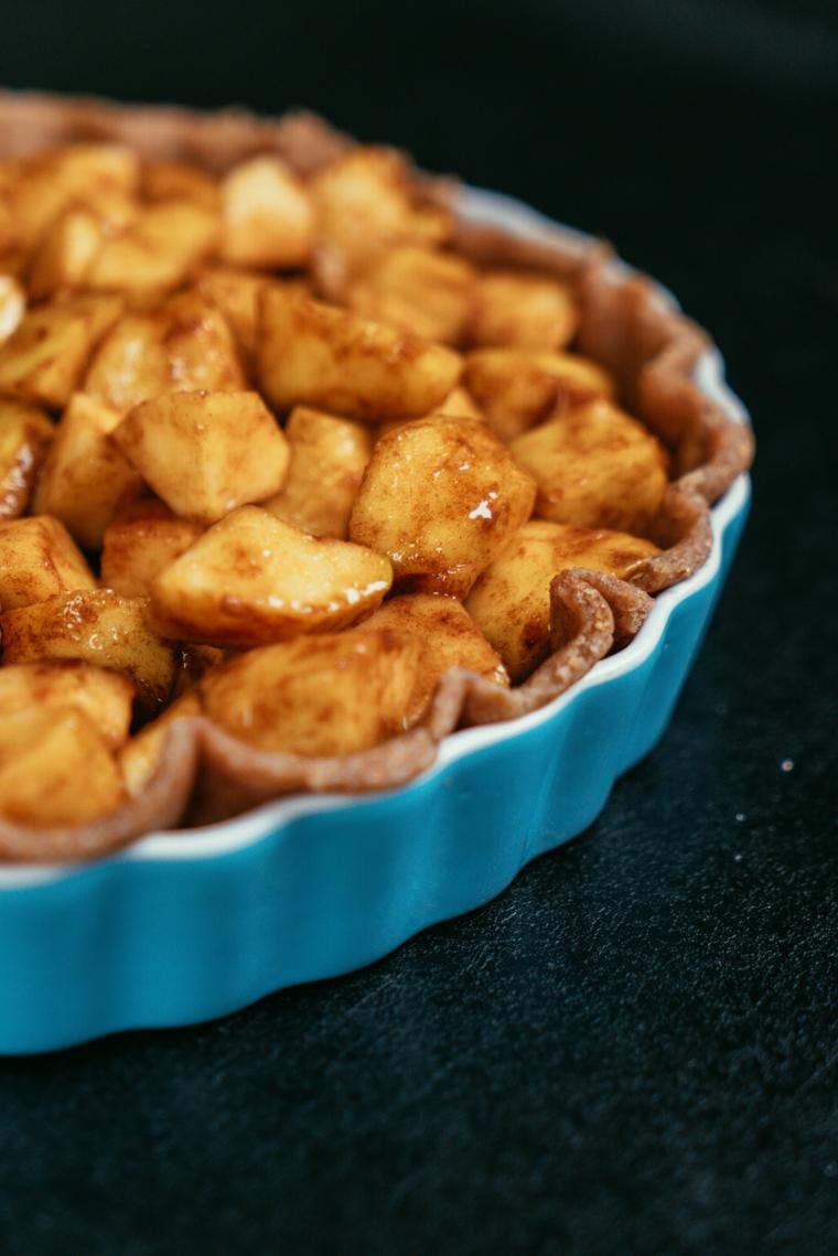 Torta di mele americana, teglia rotonda per crostata, cubetti di mela con cannella e caramello