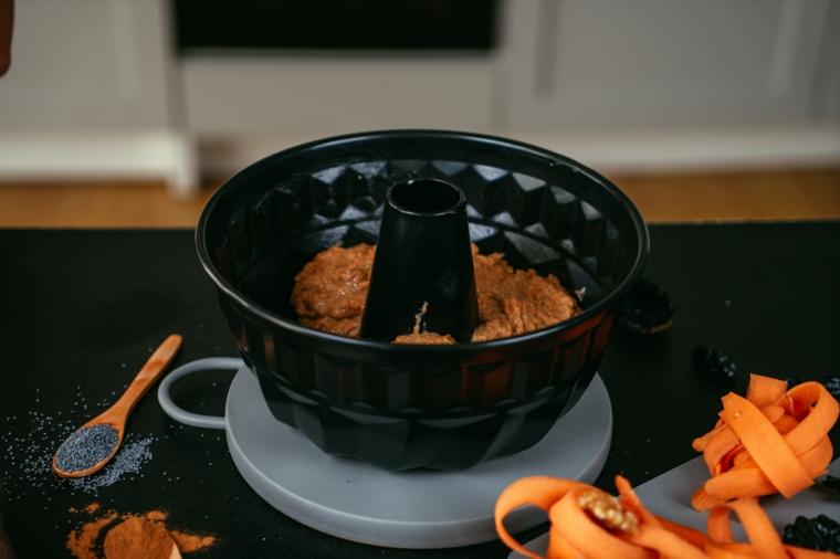Torta alle carote, impasto per torta soffice, forma di metallo con bordo alto