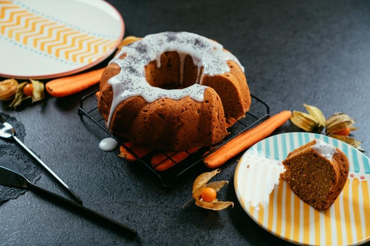 Torta alle carote, pezzo di torta con carote, decorazione con ghiaccia reale