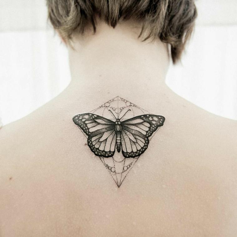 Farfalla sulla schiena di una donna, disegno di figure geometriche