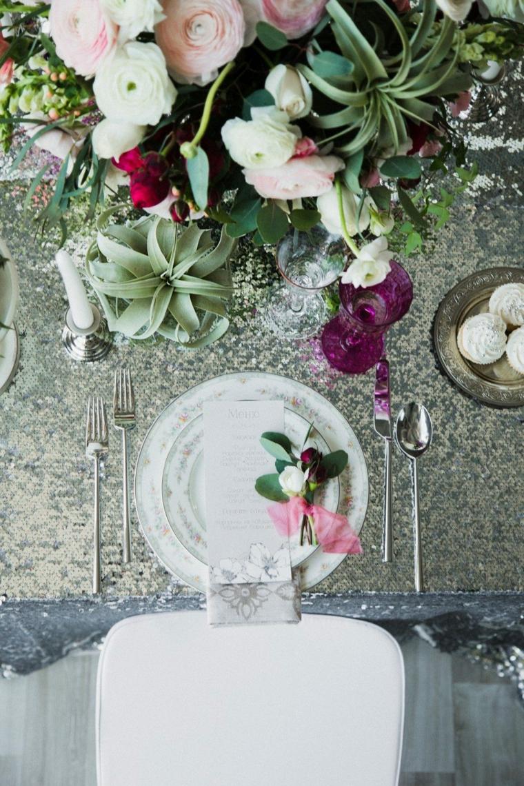 Segnaposto con menu su un piatto, organizzare un matrimonio passo per passo