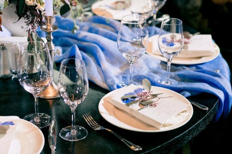 Segnaposto con menu e fiorellino, tavola apparecchiata con calici di vetro, matrimonio fai da te economico