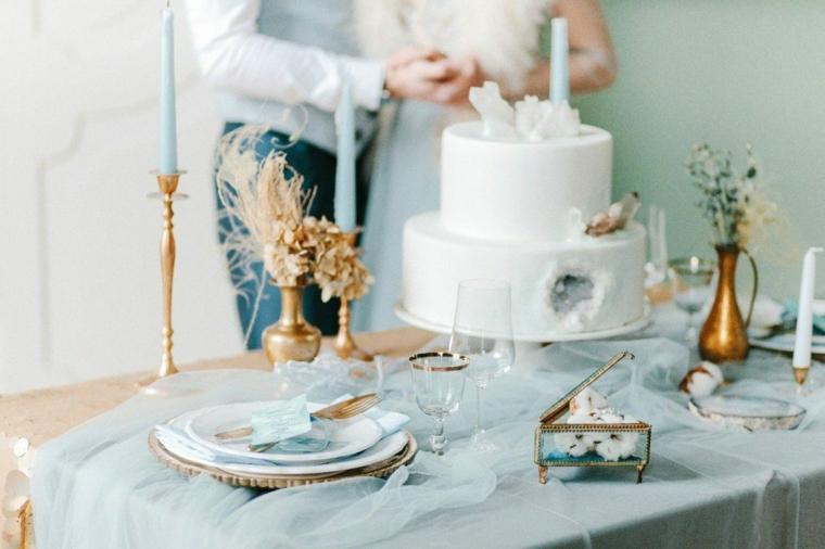 Taglio della torta nuziale, tavola apparecchiata con tulle azzurro, organizzare matrimonio passo per passo