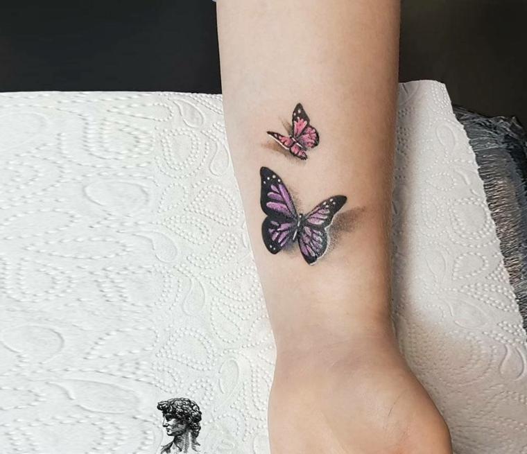 Tattoo sul polso della mano, tatuaggio di una farfalla tridimensionale