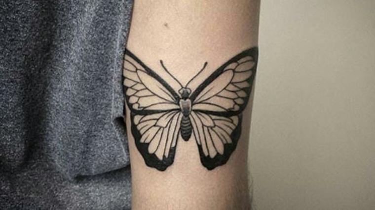Disegno di una farfalla sul gomito, tattoo sul gomito di una donna