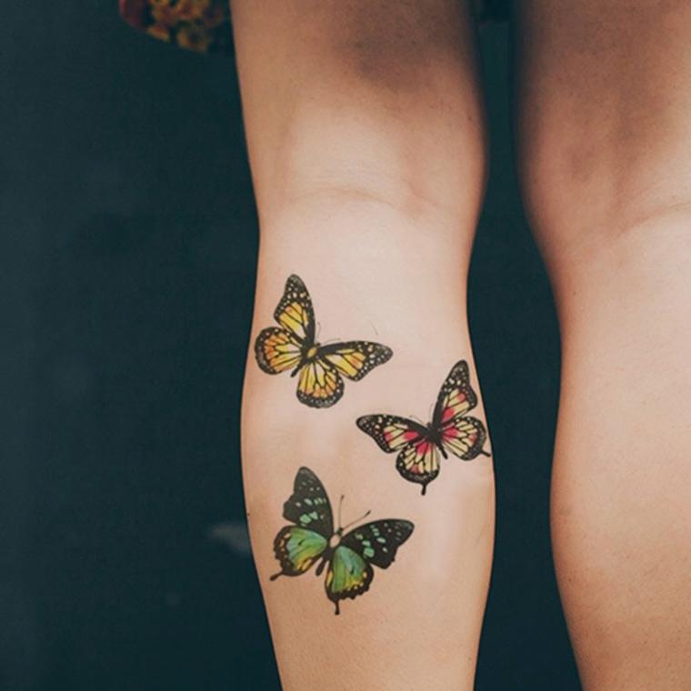 Tatuaggio sul polpaccio di una donna, tattoo di farfalle colorate