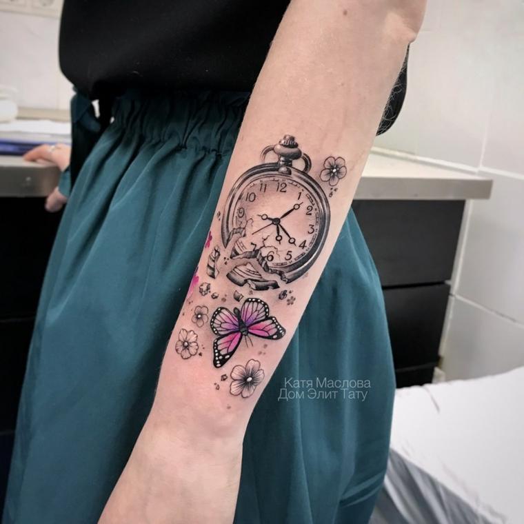 Disegni farfalle colorate, tattoo sul braccio di una donna, disegno di fiori e farfalle