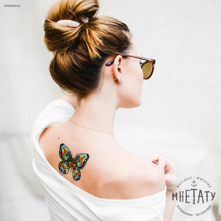 Tatuaggio farfalla, disegno colorato di una farfalla sulla schiena di una donna