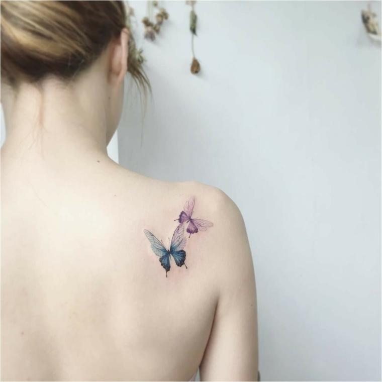 Immagini di farfalle in volo, tattoo sulla spalla di una donna, tattoo colorato di farfalle