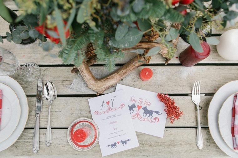 Segnaposto con menu e candele, centrotavola con fiori e foglie verdi, come si organizza un matrimonio