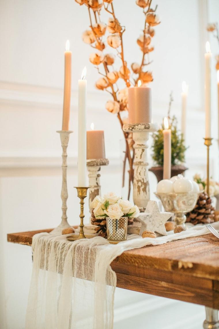Come si organizza un matrimonio, tavolo di legno con candele e pigne