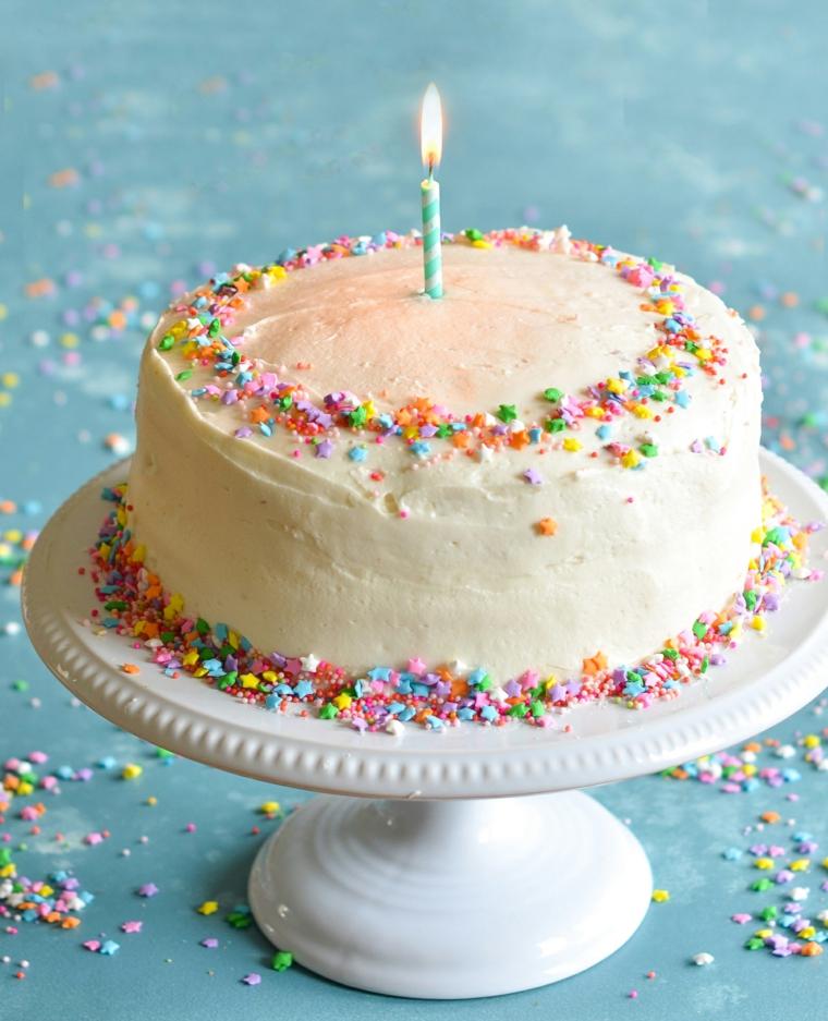 Torte bellissime, torta decorata con panna montata, torta con codette di zucchero colorato