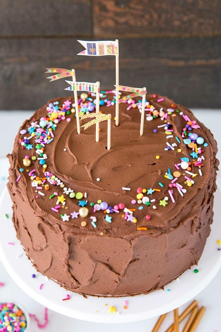 Torta di compleanno con mousse di cioccolato, torta con topping di bandierine