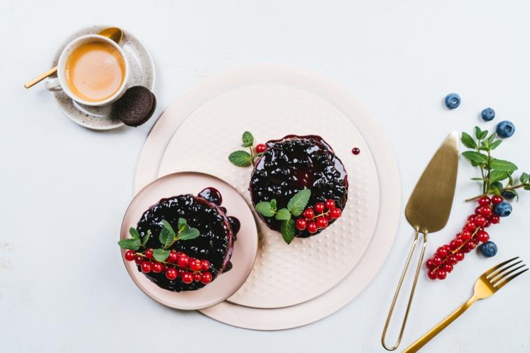 Cheesecake con biscotti oreo e marmellata di mirtilli, tazza di caffè con biscotti oreo